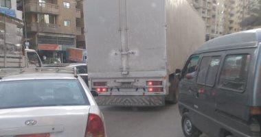 قارئ يرصد سير سيارات النقل الثقيل فى أوقات الحظر بشارع اللبينى بالهرم
