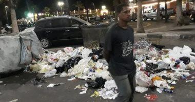 محافظ بورسعيد يضبط نباشين أثناء قيامهم بتفريغ صناديق القمامة