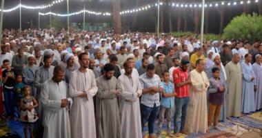 صور.. المئات من أبناء محافظة الأقصر يؤدون صلاة التراويح بالساحة الرضوانية