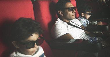 آسر ياسين يشاهد فيلم Aladdin فى السينما مع ابنيه