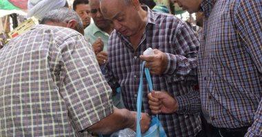 صور.. رئيس مدينة الغردقة يوزع أكياس بديلة للبلاستيكية بسوق المدينة
