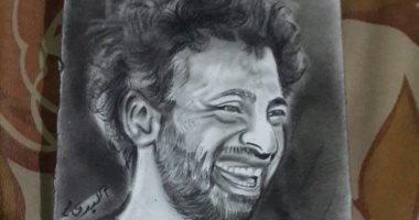 طفل يهدى محمد صلاح مجموعة رسومات مختلفة أعدها له قبل الفوز ببطولة أوروبا