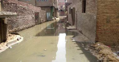 """أهالى قرية بالخانكة يشكون من مياه الصرف: """"عايمين وبيوتنا قربت تقع"""""""