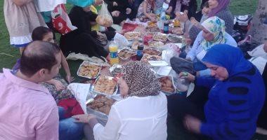 رمضان الخير واللمة.. عائلة تجمع أحفادها ليلتقون للمرة الأولى بحديقة الأزهر
