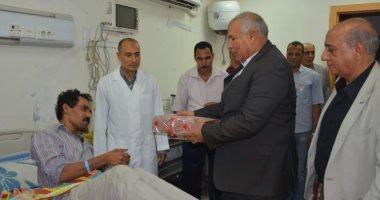 صور محافظ الوادي الجديد يزور مستشفي الخارجة العام ويوزع هدايا العيد على المرضي