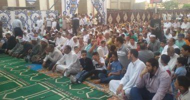 محافظ بنى سويف ومئات المواطنين يؤدون صلاة العيد فى ساحة مسجد عمر بن عبدالعزيز
