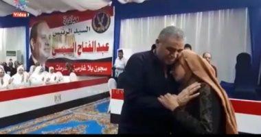 سجين بعد العفو عنه: اتسجنت عشان سترت بنتى والرئيس سترنا (فيديو)