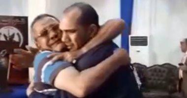 سجين يحتضن والده عقب العفو عنه.. ويؤكد: تحيا مصر والرئيس (فيديو)