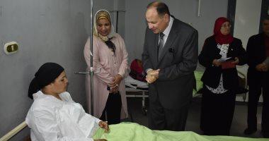 صور.. محافظا الفيوم والبحر الأحمر يهنئان المرضى بالعيد ويوزعان الهدايا عليهم