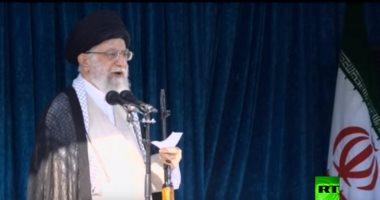 شاهد.. خامنئى يحمل سلاحا أثناء إلقاء خطبة العيد بإيران