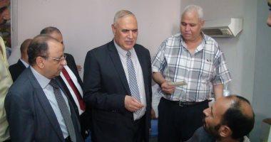 """رئيس النقل العام بالقاهرة يتفقد مستشفى الهيئة ويوزع """"العيدية"""" على المرضى"""