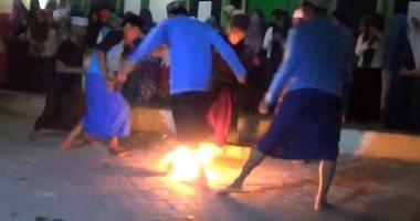 إيه المتعة فى كده؟.شاهد طلاب إندونيسيا يلعبون كرة النار بأقدام عارية