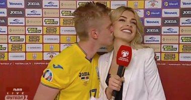 فيديو.. قبلة من لاعب أوكرانيا لمذيعة احتفالا بالفوز على صربيا