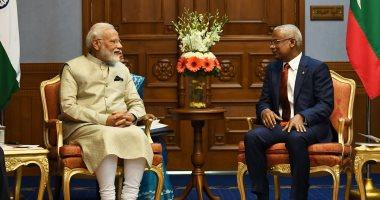 صور.. رئيس وزراء الهند يشيد بلقاء رئيس المالديف ويهديه مضرب كريكت