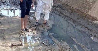 صور.. اضبط مخالفة .. شوارع كفر اباظة بالشرقية غارقة بالصرف الصحى