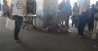 احنا معاك..قارئ يشارك بصور لفتاه مشردة تنام بموقف السلام الجديد