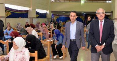 صور.. جولة تفقدية لرئيس جامعة المنصورة بكليات الصيدلة والآداب والزراعة