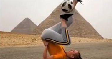 بطلة العالم فى الفرى ستايل تستعرض مهاراتها أمام الأهرامات.. فيديو