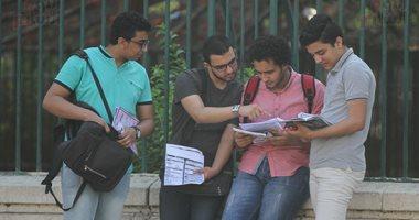 طلاب الثانوية يؤدون امتحان الاقتصاد والاحصاء