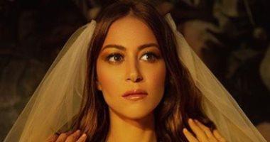 """منة شلبى بفستان زفاف """" كل حاجة بتيجى فى وقتها"""""""