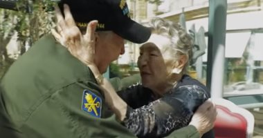 """""""ومن الحب ماقتل"""".. شاهد جندى أمريكى يلتقي بحبيبته الفرنسية بعد 75 عاما"""