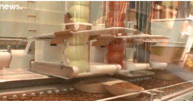 شاهد.. نظام آلى لتوزيع شطائر البرجر يجذب الزبائن فى سان فرنسيسكو