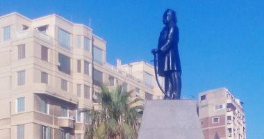 """دهان تمثال الخديوى إسماعيل بـ""""الأسود"""" يثير أزمة بالإسكندرية.. صور"""