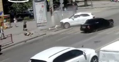 إشارة مرورية.. شاهد نجاة روسية بأعجوبة من حادث سير