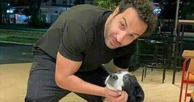 أحمد فهمى ينشر صورة مع كلبه.. ويعلق: لابسين زى بعض