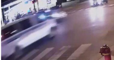 فيديو.. عربة للشرطة الأمريكية تصطدم بسيارة صغيرة وتقتل سائقتها