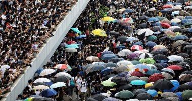 شرطة هونج كونج تطلق رذاذ الفلفل على المحتجين وسط مناوشات