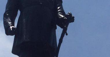 الرجل الغامض بسلامته..الإسكندرية تشوه تمثال الخديو إسماعيل بالدوكو الأسود