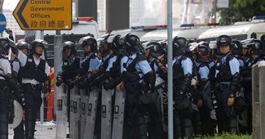 صور.. قوات مكافحة الشغب فى هونج كونج تتجمع خارج المجلس التشريعى بعد يوم من العنف
