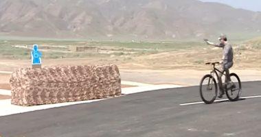 فيديو.. رئيس تركمانستان يبرز مهاراته فى إطلاق النار من دراجة هوائية