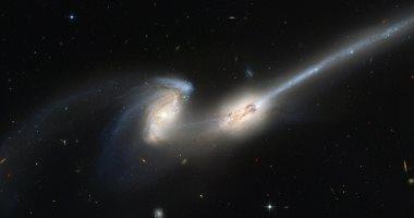ناسا تكشف عن صورة لمجرتين يمزقان بعضهما