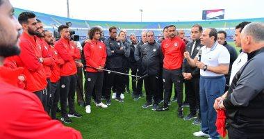 الرئيس السيسى مع لاعبى المنتخب الوطنى