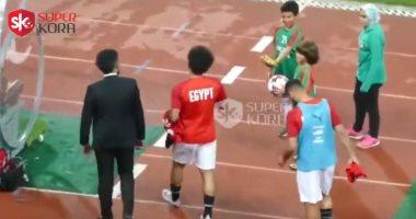 سوبر كورة.. شاهد طفل بيعزم على محمد صلاح بالأكل فى الملعب