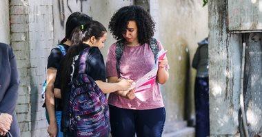 توافد طلاب الثانوية العامة على لجان امتحان الأحياء والديناميكا والفلسفة