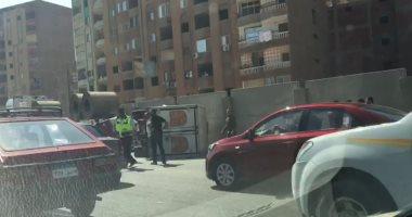 أوناش المرور ترفع حطام حادث انقلاب سيارة نقل من أعلى دائرى المريوطية