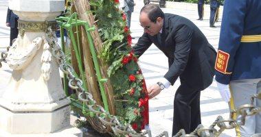 صور.. السيسى يضع إكليلا من الزهور على قبر الجندى المجهول بالعاصمة الرومانية
