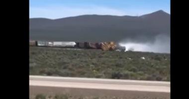 شاهد ..لحظة خروج قطار محمل بالأسلحة عن مساره فى ولاية نيفادا الأمريكية