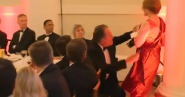 إيقاف وزير بريطانى بعد دفعه سيدة خلال احتجاج على التغير المناخى.. فيديو
