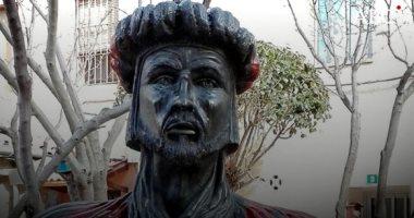 شاهد.. اليمين المتطرف يزيل تمثال عبدالرحمن الثالث من حديقة تاراجونا الإسبانية