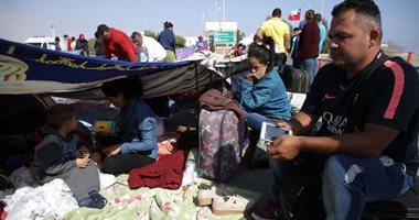 صور.. مئات الفنزويليين يفترشون الأرض بمحيط معبر حدودى بين تشيلى والبيرو