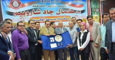 صور.. محافظ الدقهلية يكرم السكرتير العام المساعد السابق للمحافظة