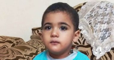 فيديو وصور.. مأساة طفل بالغربية يحتاج تركيب قطعة سماعة الأذن بعد زراعة القوقعة