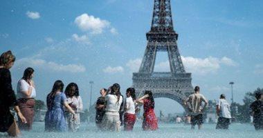 الأوروبيون يلجأون إلى النوافير هربا من موجة حر قاسية .. صور
