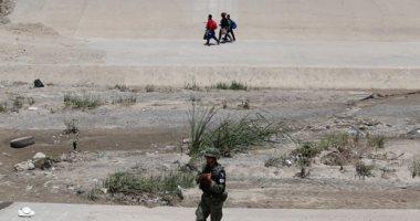 صور.. الحرس الوطنى المكسيكى يطارد مهاجرين غير شرعيين على الحدود مع أمريكا