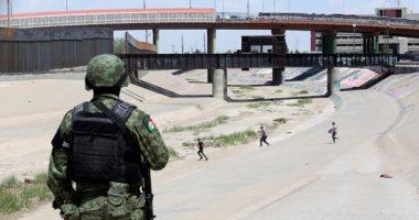 مهاجرون يتسللون عبر حدود المكسيك إلى الأراضى الأمريكية