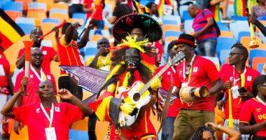 """بقناع """"الغوريلا"""" جماهير أوغندا تؤازر منتخبها أمام زيمبابوى"""